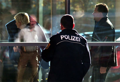 שוטרם מלווים את החשודה המרכזית, באטה ז. (צילו: AFP)