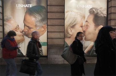 תמונת הנשיקה מהקמפיין הפרסומי (צילום: AFP)