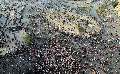 הכיכר המרכזית בבירת מצרים, היום. מרביצים גם לנשים (צילום: EPA)
