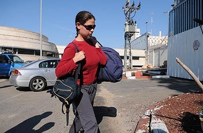 ענת קם מגיעה לכלא נווה תרצה (צילום: ירון ברנר)
