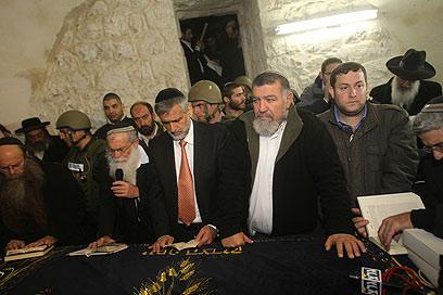השר ישי מתפלל בקבר יוסף (צילום: מירי צחי, באדיבות המועצה האזורית שומרון)