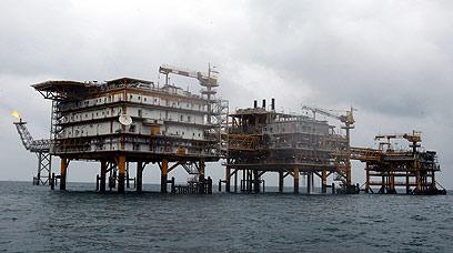 מאיימים בנפט. אסדת קידוח איראנית במפרץ הפרסי (צילום: EPA)