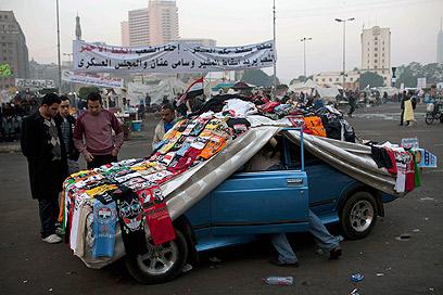 מצפים למיליון איש בכיכר. מוכר חולצות בכיכר א-תחריר (צילום: AP)
