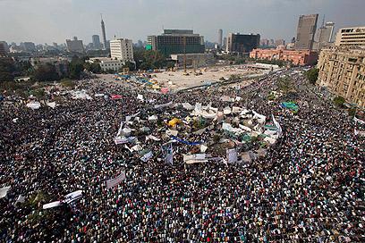 עשרות אלפים מפגינים ביום שישי של ההזדמנות האחרונה בקהיר (צילום: AP)