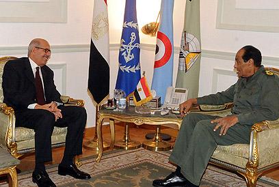 אל-בראדעי (משמאל) והגנרל טנטאווי (צילום: AFP PHOTO / HO / EGYPTIAN MILITARY OFFICE)