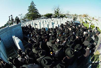 עולים לציון קברו של הרבי מלובביץ'   (צילום: ברוך עזאגווי)