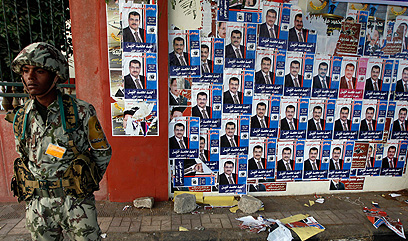 חייל מחוץ לקלפי בקהיר (צילום: AP)