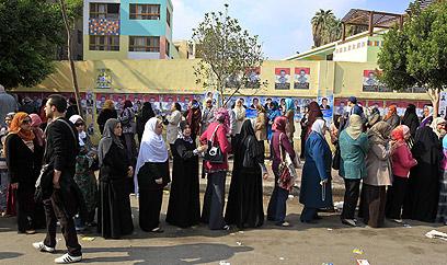 נשים מחכות להצביע במצרים (צילום: AFP)
