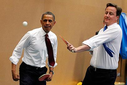 אובמה וקמרון במשחק פינג פונג משותף (צילום: רויטרס)