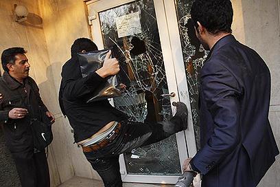 """פורצים לשגרירות - """"התפרצות רגשות ספונטנית"""", לפי איראן (צילום: MHER NEWS)"""