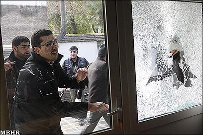 חלונות מנופצים במשכן השגרירות הבריטית (צילום: MHER NEWS)