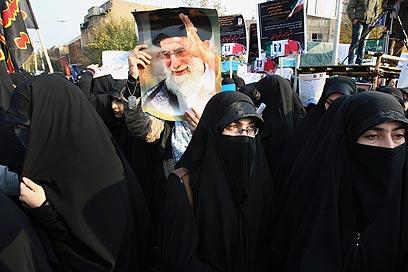 מפגינות איראניות מחוץ לשגרירות הבריטית שלשום (צילום: AP)