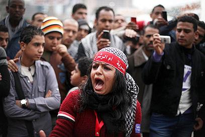 """מפגינים בכיכר תחריר. """"אופוריה מיידית"""" (צילום: AP)"""