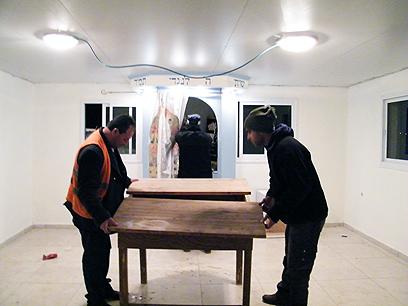 מוציאים את ארון הקודש מבית הכנסת שנהרס (צילום: ועד מתיישבי השומרון)