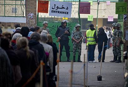 בתור לקלפי. המצרים העדיפו את המפלגות האיסלאמיות (צילום: רויטרס)