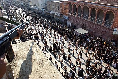 המונים מצליפים בעצמם בשלשלאות בהיבראבד, פקיסטן (צילום: EPA)