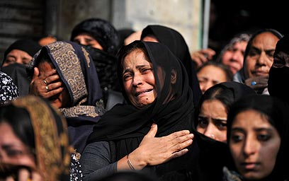 נשים מתאבלות עד דמעות בהודו (צילום: AFP)