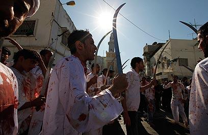 הלבן התכסה בכתמים אדומים. מנאמה, בירת בחריין, היום (צילום: רויטרס)