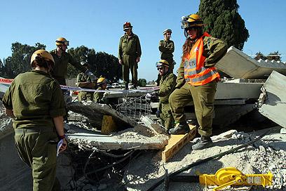 יחידת חילוץ והצלה של פיקוד העורף. מרחיבים קשרים (צילום: רועי עידן)