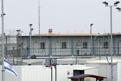 כלא סהרונים, בו מוחזקים מסתננים רבים (צילום: עמית מגל)