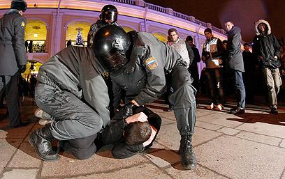 """""""רוצים רוסיה נטולת פוטין"""". מעצר מפגין בסנט פטרבורג (צילום: AP)"""