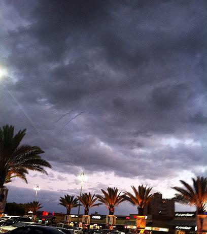 שובלי העשן בין ענני אשדוד, ערב שבת. צילמה: יעל כרייף (צילום: יעל כרייף)