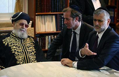 הרב עובדיה יוסף בפגישה עם שגריר צרפת והשר ישי (צילום: גיל יוחנן)