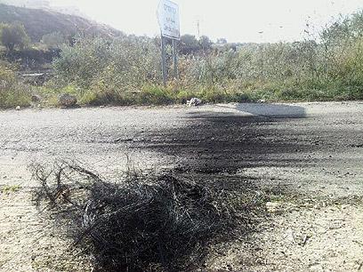 """סימני צמיגים בוערים בפתח חטמ""""ר אפרים  (צילום: יואב זיתון)"""