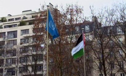 """הדגל הפלסטיני לצד דגל האו""""ם בפריז (צילום: רויטרס)"""