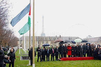 """דגל פלסטין במטה אונסק""""ו בפריז. """"המשמעות גם שותפות בערכים"""" (צילום: רויטרס)"""