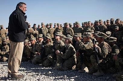 """""""טיסות המל""""טים יימשכו? בהחלט"""". פאנטה מבקר חיילים באפגניסטן (צילום: AP)"""