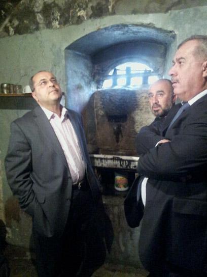 חברי הכנסת טיבי ובראכה, היום במסגד. מאשימים את הממשלה (צילום: חסן שעלאן)