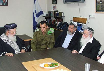 """עמאר (משמאל) עם המח""""ט בבסיס החטיבה (צילום: באדיבות המועצה האזורית שומרון)"""