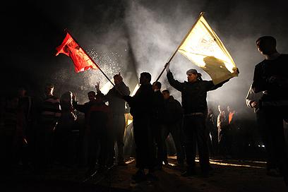 פלסטינים חוגגים את שחרור האסירים בעזה (צילום: רויטרס)