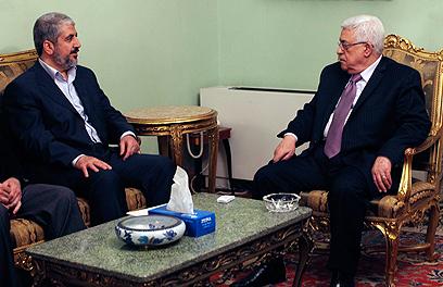 """אבו מאזן ומשעל בפגישתם בקהיר. """"לא מוכן שפלסטין תהפוך לעזה"""" (צילום: רויטרס)"""