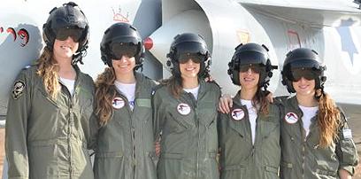 """חמש המסיימות. תגובה להדרת הנשים (צילום: דובר צה""""ל)"""