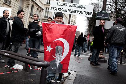 הפגנה מול שגרירות טורקיה בצרפת (צילום: MCT)