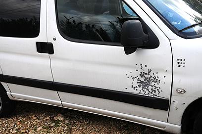 סימני הירי על כלי הרכב, היום בשומרון (צילום: גור דותן)