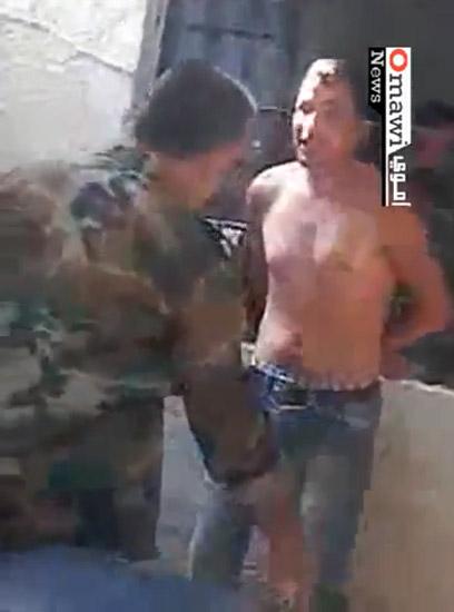 """""""נקמה של המשטר בבני עמו"""". חייל סורי מתעלל במפגין שנעצר"""