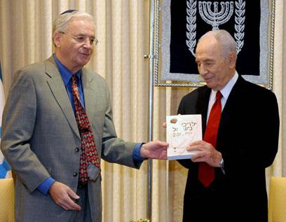 """הנשיא פרס מקבל לידיו את הדו""""ח מידי יצחק קדמן (צילום: מארק ניימן, לע""""מ)"""