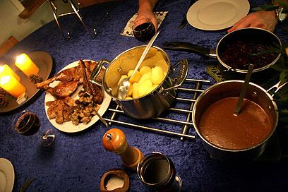 רוטב ותפוחי אדמה מאודים. ברווז צלוי וחברים (צילום: Torben Pedersen)