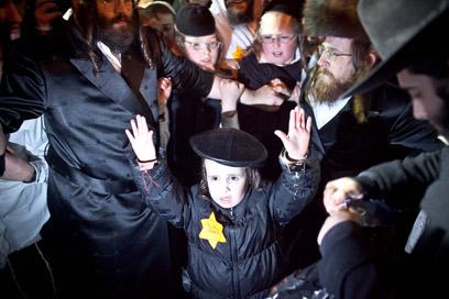 ילד חרדי בהפגנה הערב (צילום: נועם מושקוביץ)