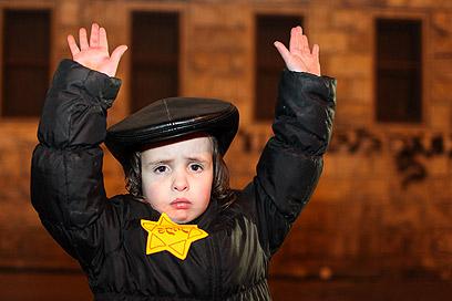 אחד הילדים שהפגינו בירושלים  (צילום: אוהד צויגנברג)