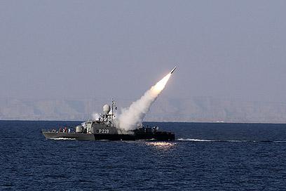 """האיראנים משגרים טיל במפרץ הפרסי. """"הכרחי להגדיל תקציב ההגנה""""  (צילום: רויטרס)"""