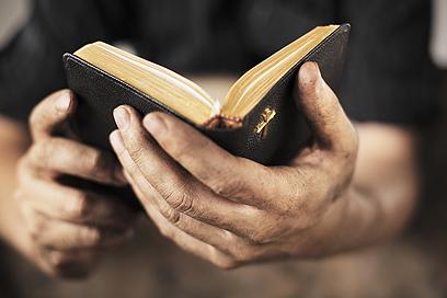 """הברית החדשה. מהו התרגום הנכון ל""""עלמה""""? (צילום: Shutterstock)"""
