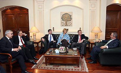 נציגי הקוורטט עם נציגי הרשות וישראל, בירדן (צילום: EPA)