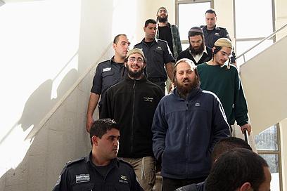 העצורים שהתפרעו בבסיס הצבאי מובאים לבית המשפט (צילום: גיל יוחנן)