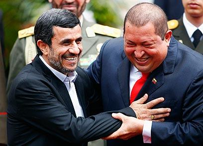 יחסים קרובים. צ'אבס עם אחמדינג'אד (צילום: רויטרס)