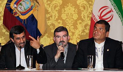 אחמדינג'אד לצד הנשיא קורה (צילום: AP)
