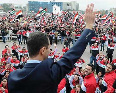 ההלכה המוסלמית היא המקור העיקרי לחקיקה. אסד ותומכיו בדמשק (צילום: AFP)